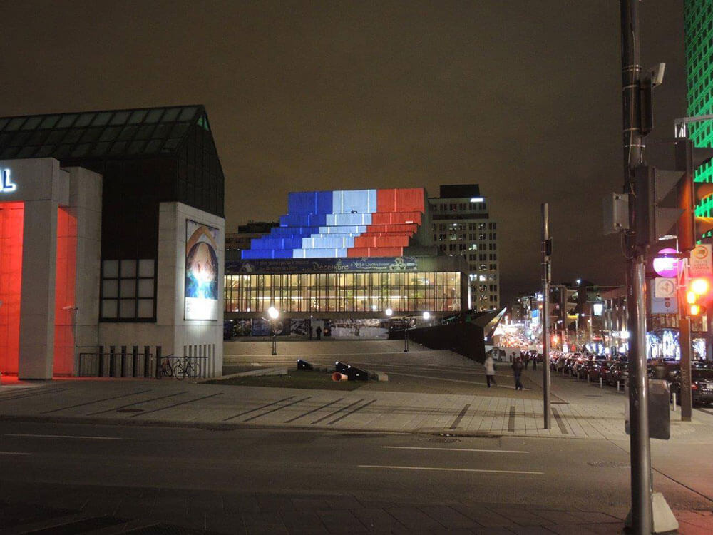 PROJECTIONS ARCHITECTURALES EN SOUTIEN AUX VICTIMES DES ATTENTATS DE PARIS.